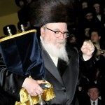 Skverer_Rebbe_With_Torah