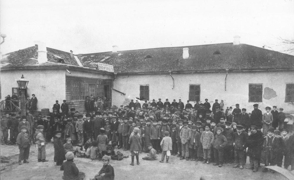 Учащиеся Житомирской еврейской школы у здания школы. 1917 г. –ЦГКФФАУ, № 0 – 162968.