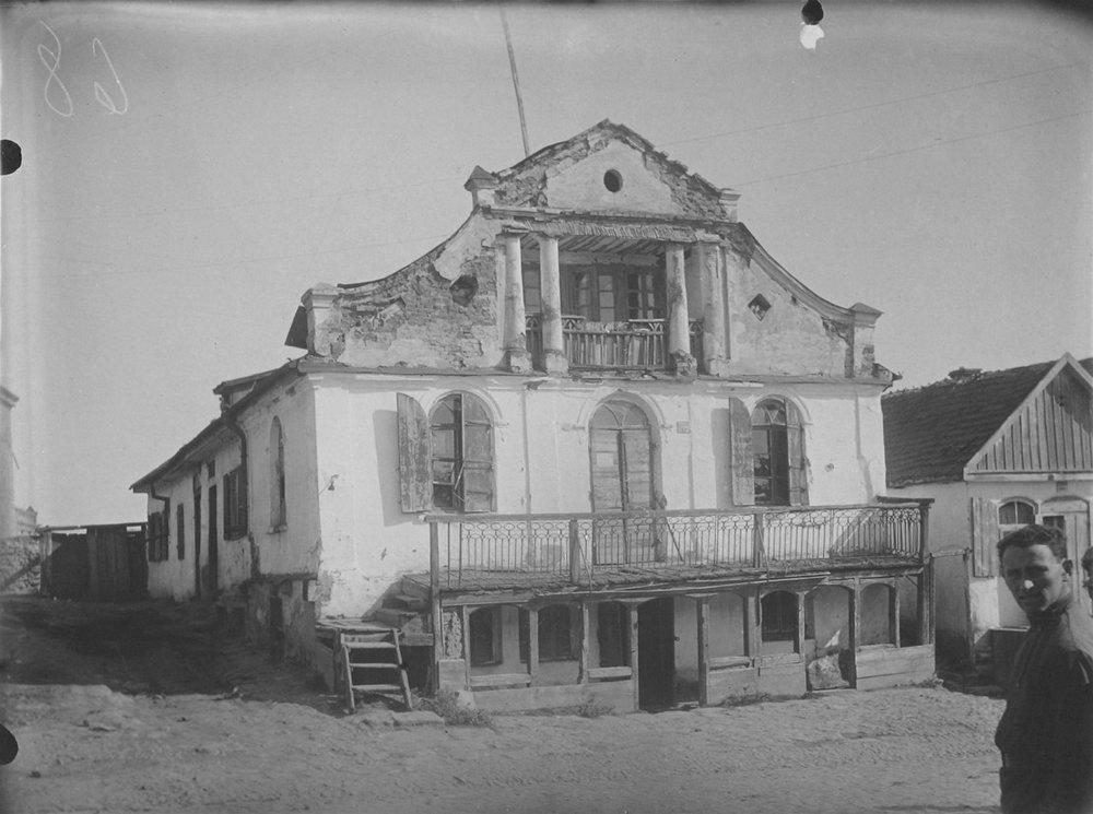 Еврейский дом в м. Меджибож. Фото П. Жолтовского. [1930 г.].– ИР НБУВ, ф. 278